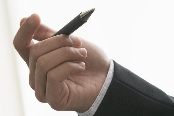 税理士になるために試験を受ける男性