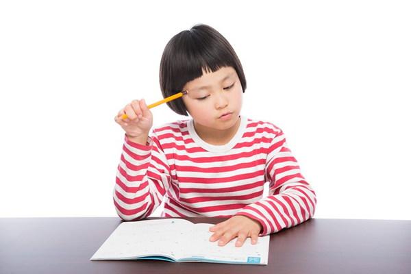 日本語を勉強する女の子