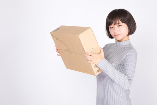 受注管理システムで安心して買い物をする女性